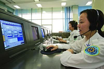 市急救中心,接线员正值守120急救电话记者陈诚