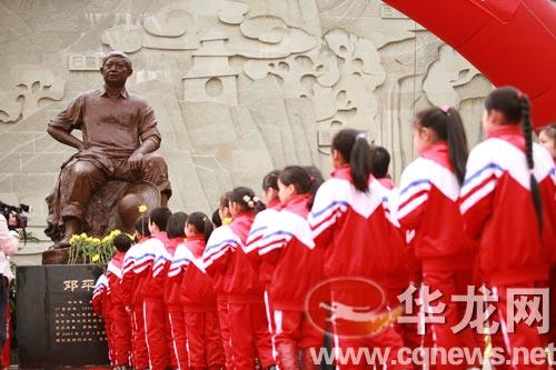 小学生向邓平寿雕像献花