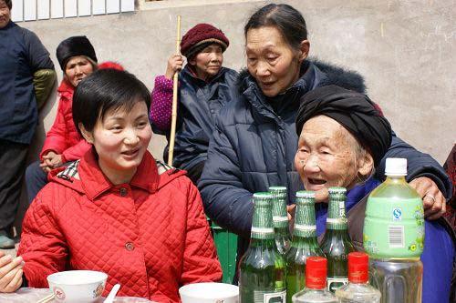 """县长代小红给全国""""双百""""人物邓平寿的母亲拜寿"""