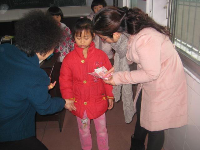 11月22日上午,县妇联党组书记、主席常金芳等一行走进梁平县特殊教育学校,看望了聋哑、智障儿童,为他们送去了爱心捐款、爱心衣物等冬季礼物,送去了党和政府的关怀和慰问。  在特殊教育学校,县妇联主席常金芳与老师亲切的沟通,了解了孩子们的学习、生活情况,在手语老师帮助下,与孩子们亲切的沟通和交流。  孩子们看到阿姨们送来的礼物,欢呼雀跃,用手语表达了她们的谢意。常主席还代表全县妇联干部向特殊教育学校的老师们表示了深深的敬意,感谢她们为我县特殊儿童教育事业做出的无私奉献。 多年来,全国五好文明家庭获奖者、巾帼