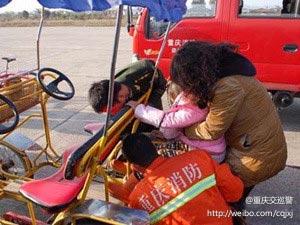 小女孩擅自骑车被卡脚梁平消防紧急救援