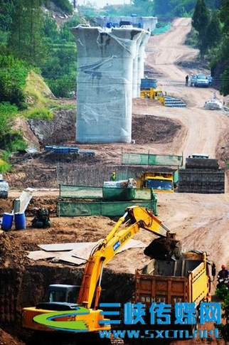 815米的鹤子岭双线特大桥,位于梁平县云龙镇陡梯村,为渝万铁路全线
