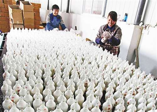 梁平一公司用废旧玻璃生产酒瓶出口亚欧