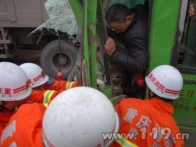 两客车相撞驾驶员被困梁平消防紧急救援