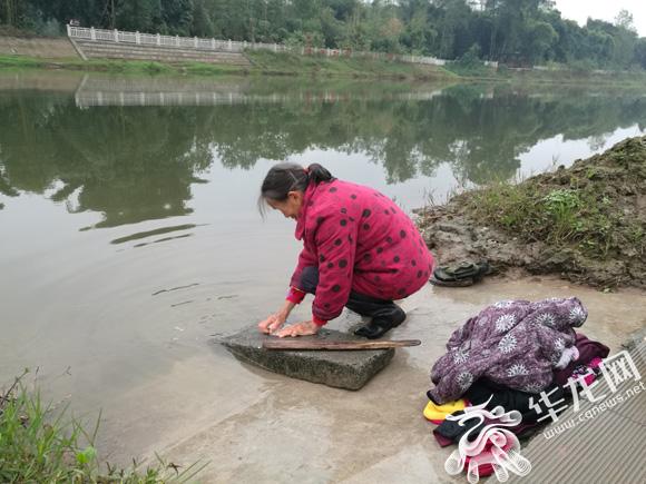 随后,记者来到龙溪河边,看到有人在河边洗衣服、垂钓,77岁的王顺秀边洗衣服边说,以前可不敢在这里洗衣服,那时候河水浑浊,散发怪味,污染比较厉害.