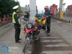梁平:心存侥幸反复骑摩托上高速 男子被罚款驱离