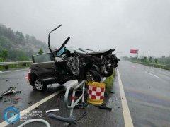 """雨天路滑 小车直接""""骑""""上隔离带损坏严重"""