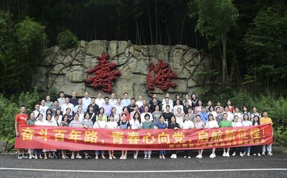 璧山游客在梁平寿海景点合影留念。梁平区文化和旅游发展委员会供图 华龙网发
