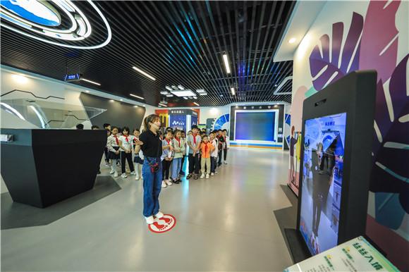 9月18日,市民在梁平区都梁科技馆启蒙科学展厅参观。通讯员 熊伟 摄