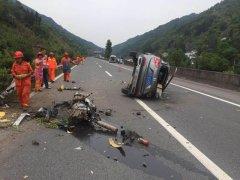 沪蓉高速一小车撞护栏 发动机都甩飞出来了